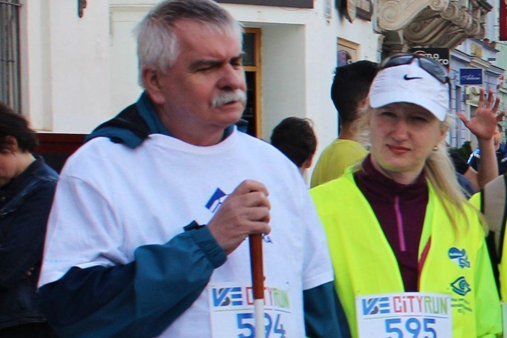 na ľavo je Milan Sabovík v ruke drží Bielu palicu na pravo je sekretárka krajskej rady Lenka Kulíkova na akcii VSE City Run.