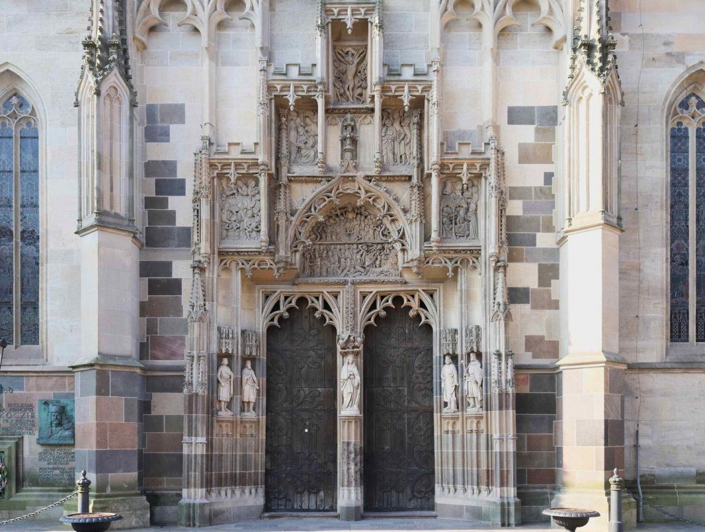 Severný portál Dómu sv Alžbety, ktorý slúžil ako vstup do Dómu a je aj vstupom pre značenú prehliadku s QR kódmi.